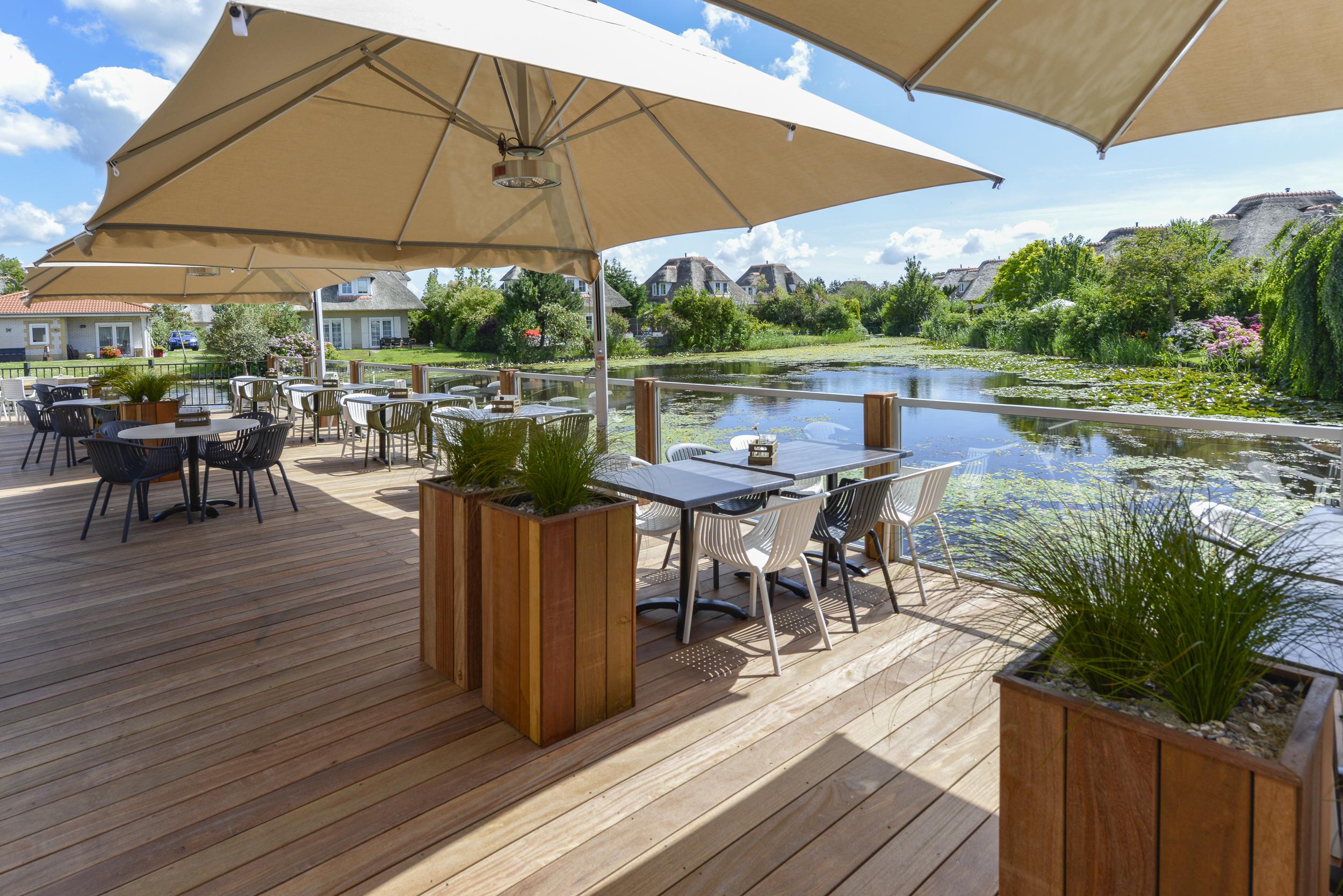 terras van Restaurant Duinhoek met uitzicht op de vijver