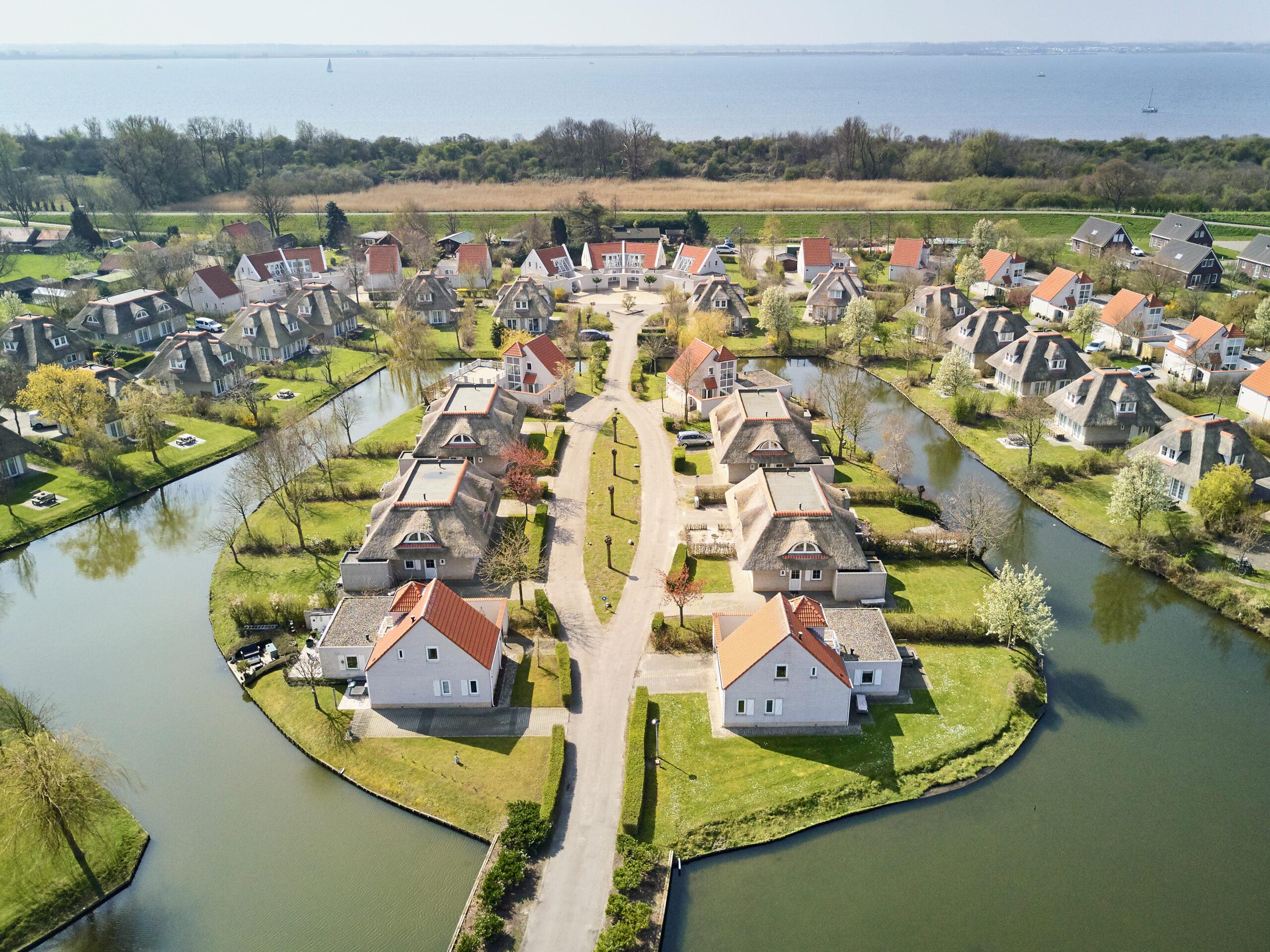Drone foto van het eilandje op Resort Citta Romana met op de achtergrond uitzicht op het Haringvliet